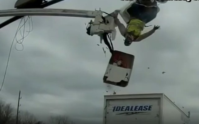 #Video Camión golpea a trabajador que reparaba semáforo - El trabajador reparaba un semáforo. Captura de pantalla
