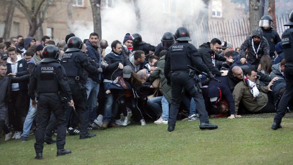 Peleas entre aficionados del Barcelona y el Lyon dejan 10 heridos - Foto de AFP
