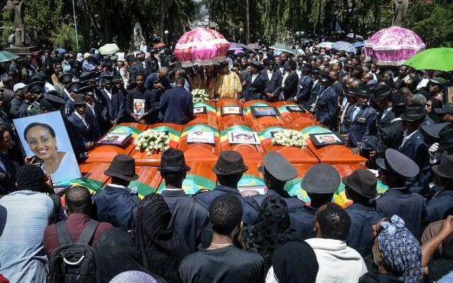 Realizan funeral masivo de víctimas de accidente aéreo en Etiopía - Los ataúdes de las víctimas del accidente de Ethiopian Airlines se reunieron durante el funeral en masa en la Catedral de la Santísima Trinidad en Addis Abeba, Etiopía, el 17 de marzo de 2019. Foto de Samuel Habtab/AFP
