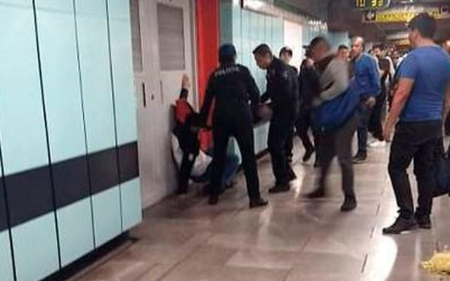 Lanzan gas pimienta durante riña en vagón del Metro Morelos - Atención a hombre afectado por gas pimienta. Foto de Milenio
