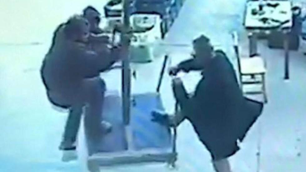 #Video Viento eleva a hombre que intentó evitar que se volara una sombrilla - Captura de pantalla