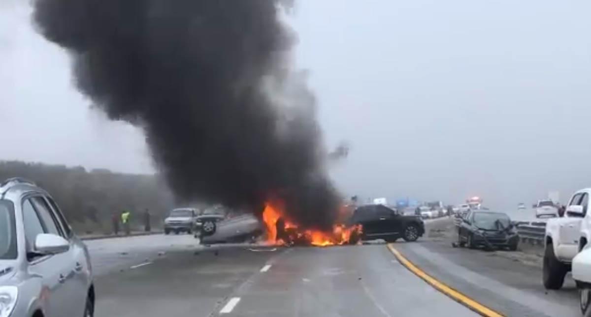 Incendio de auto en la autopista 5. Foto de @JenPhoLil