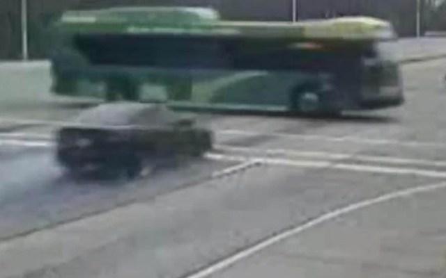 #Video Jóvenes mueren al chocar contra autobús mientras escapaban de la policía - Instantes antes del choque de auto contra autobús. Captura de pantalla