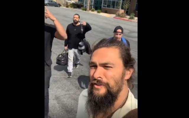#Video Avión de Jason Momoa aterriza de emergencia en California - Jason Momoa desalojando el avión con sus acompañantes