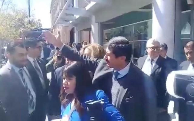 #Video Escolta de Javier Corral arrebata cámara a reportero - Captura de pantalla