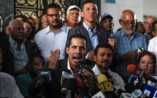 """Presión para Maduro """"apenas comienza"""": Juan Guaidó - El líder opositor venezolano Juan Guaidó habla en conferencia de prensa después de una reunión con líderes sindicales en Caracas. Foto de Federico Parra/AFP"""