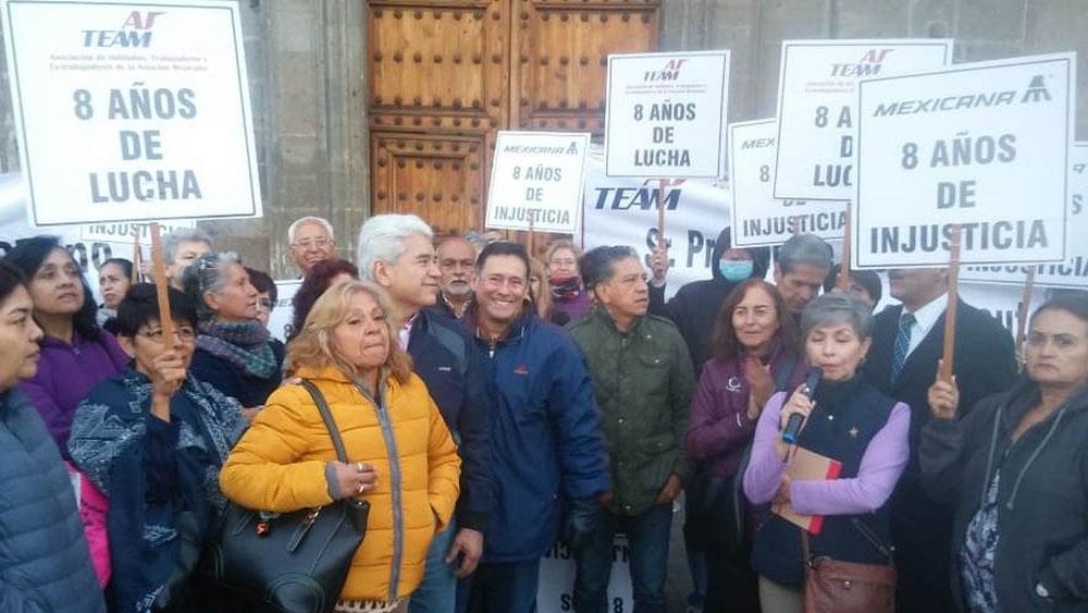 Jubilados de Mexicana protestan en Palacio Nacional - Foto de Milenio
