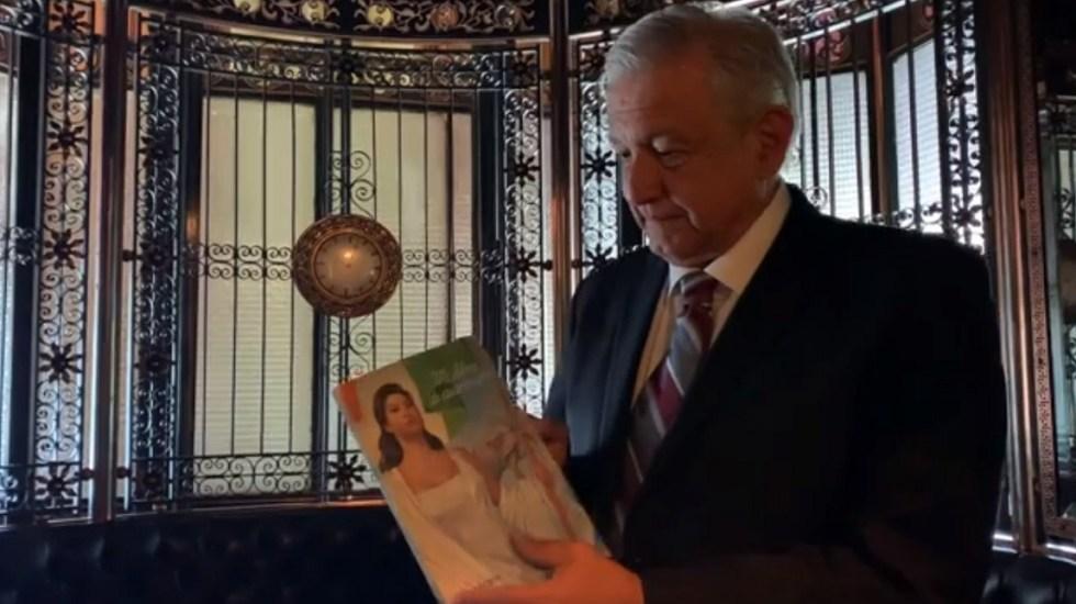 #Video AMLO enaltece regreso del civismo a la educación pública - López Obrador con su libro de Historia y Civismo. Captura de pantalla