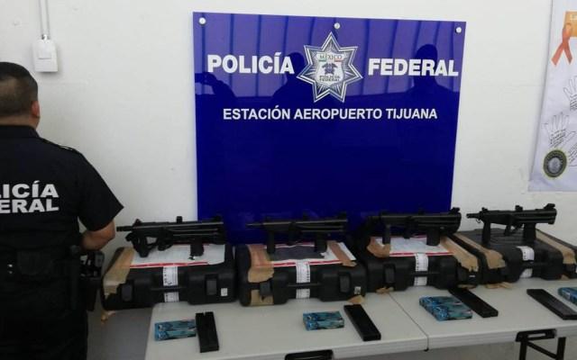 Aseguran a pasajero con cuatro metralletas en Aeropuerto de Tijuana - Metralletas decomisadas en Aeropuerto de Tijuana. Foto de @PoliciaFedMx