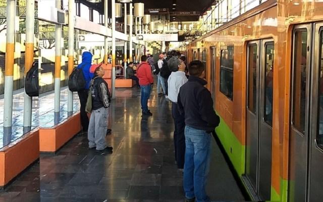 Mujer embarazada queda atrapada en vagón del Metro Pantitlán - Usuarios esperando que convoy avance en estación Pantitlán de la Línea A. Foto de @LuisAlc36724655