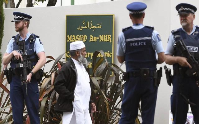 Fieles regresan a mezquita de Nueva Zelanda tras tiroteo - Miembros de la comunidad musulmana local esperan para ingresar a la mezquita de Al Noor cuando se reabre en Christchurch el 23 de marzo de 2019. Foto de William West/AFP