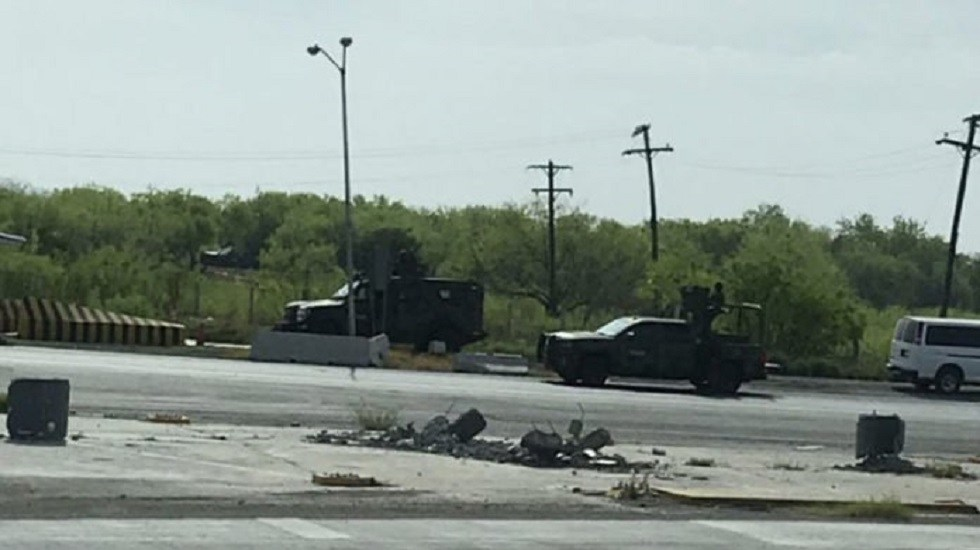 #Video Militares abaten a seis presuntos delincuentes en Nuevo Laredo - Militares sobre la carretera Nuevo Laredo-Monterrey. Foto de @LPueblo2