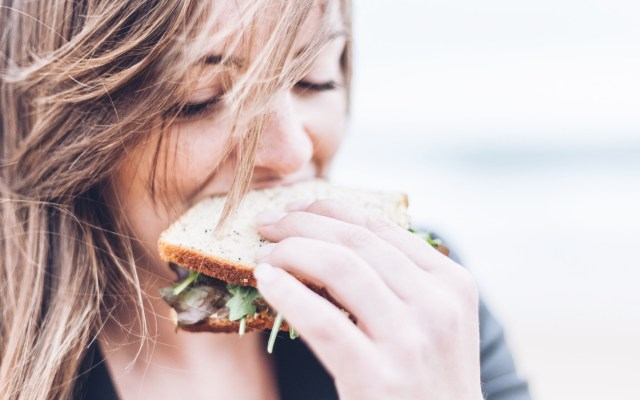 Asocian riesgo de padecer cáncer de mama con alto consumo calórico - Foto de Gardie Design & Social Media Marketing para Unsplash