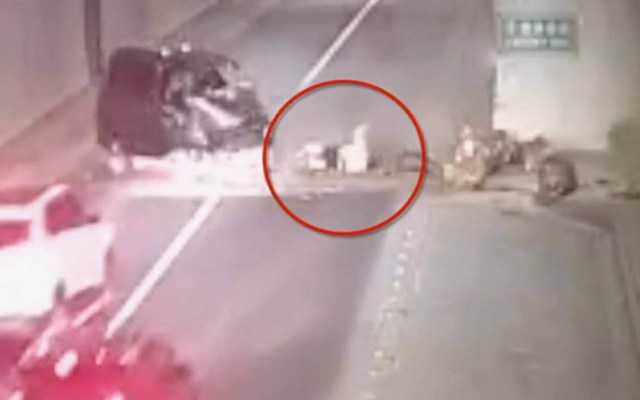 #Video Choque expulsa de camioneta a mujer embarazada - Mujer tras salir disparada de la camioneta. Captura de pantalla