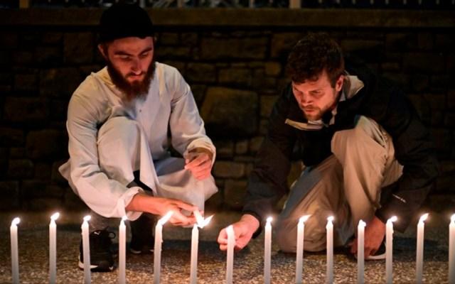 Musulmanes de Nueva Zelanda lamentan matanza en mezquitas - Musulmanes prendiendo veladoras en recuerdo de las víctimas en tiroteos de mezquitas. Foto de AFP