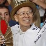 Muere el japonés que asistió a todos los Juegos Olímpicos desde 1964 - Esta imagen del 18 de agosto de 2016 muestra a Naotoshi Yamada, un mega fanático de los Juegos Olímpicos de Japón, en Río de Janeiro. Foto de JIJI PRESS/AFP