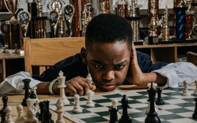 Recaudan 100 mil dólares para niño refugiado de ocho años campeón de ajedrez - Foto de The New York Times