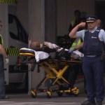 Condenan a neozelandés por difundir imágenes del tiroteo de Christchurch - Una captura de pantalla de la TV Nueva Zelanda tomada el 15 de marzo de 2019 muestra a una víctima que llega a un hospital después del tiroteo en las mezquitas en Christchurch. Foto de TV Nueva Zelanda/AFP