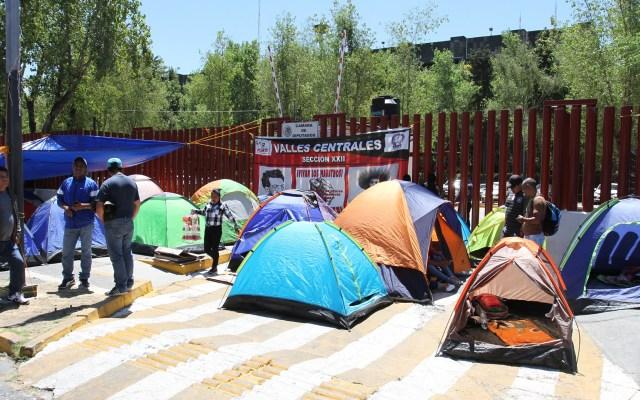 Aclararemos todas las dudas de la CNTE: AMLO - Nuevo bloqueo de la CNTE en San Lázaro. Foto de Notimex