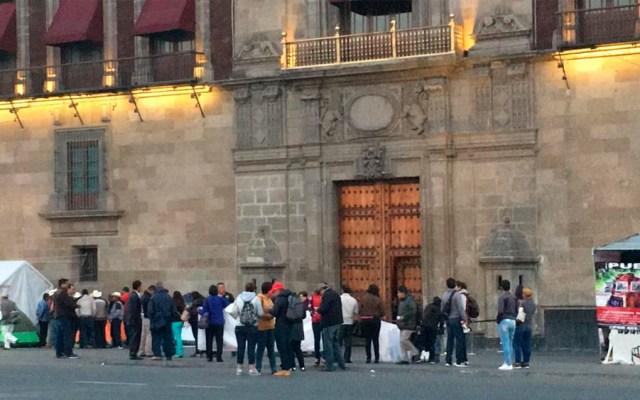 Protestan afuera de Palacio Nacional - Foto de @vialhermes