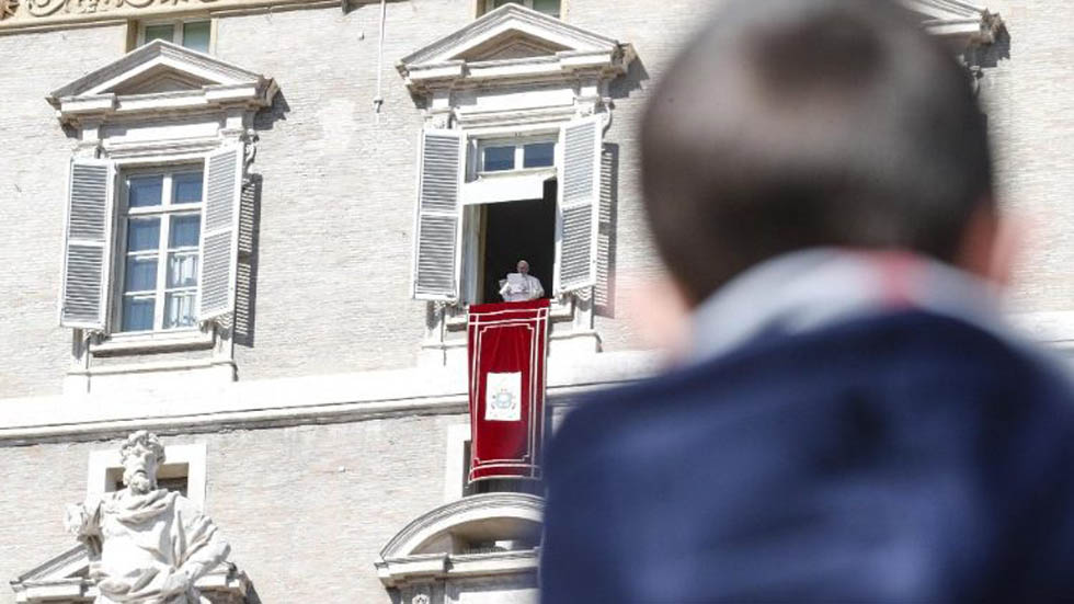 Papa Francisco insta a líderes del mundo a actuar con sabiduría - Papa Francisco asomado desde la ventana del Palacio Apostólico del Vaticano. Foto de ANSA