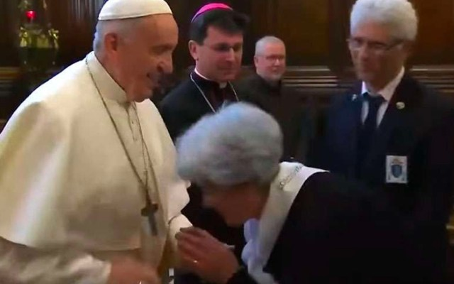 """Papa Francisco evita que le besen la mano por """"higiene"""": Vaticano - Captura de Pantalla"""