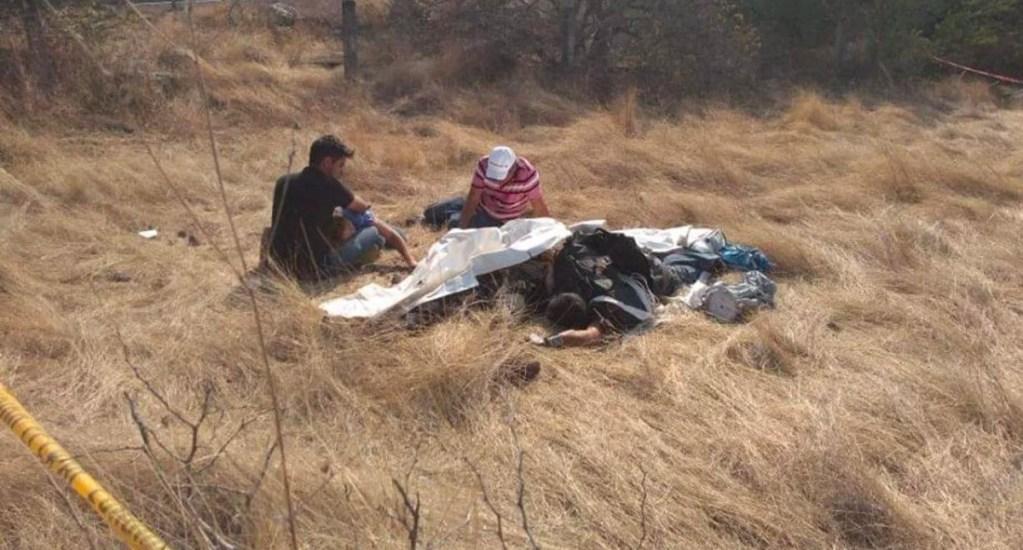 Accidente de paracaídas en Morelos fue por error humano: Albatros - Cuerpos de joven e instructor tras estrellarse contra el suelo, producto de una falla al saltar en paracaídas. Foto de La Verdad Noticias