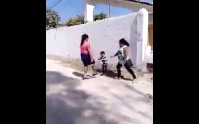 #Video Mujer patea entrepierna de menor durante pelea - Veracruz