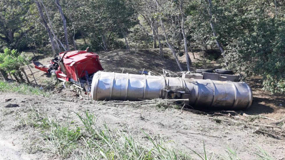 Vuelca pipa con combustible en Oaxaca - Foto de Quadratín