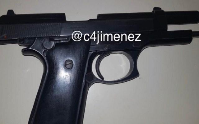 Sujeto dispara a familia que celebraba cumpleaños en Iztapalapa - Pistola decomisada al agresor. Foto de @c4jimenez