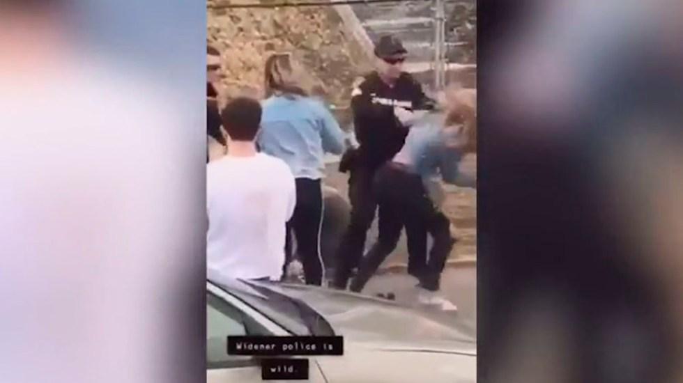 #Video Policía golpea en la cara a mujer en EE.UU.