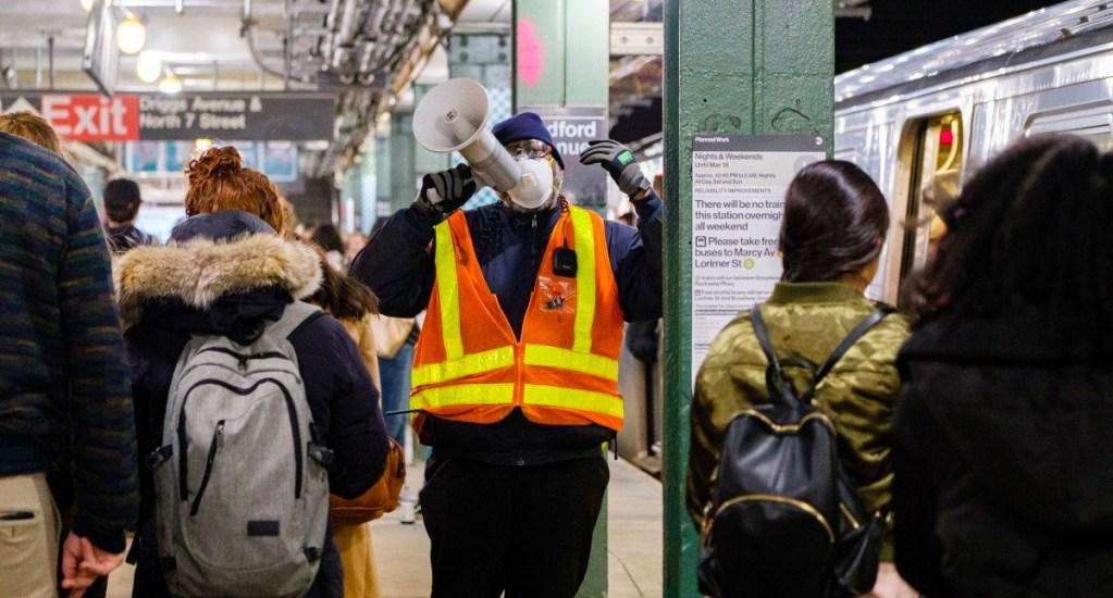 Nubes de polvo en Metro de Nueva York causan alarma entre los usuarios - Foto de New York Post