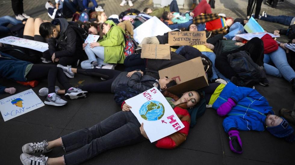 Estudiantes 'mueren' frente a la ONU por cambio climático - Protesta de estudiantes frente a la ONU contra el cambio climático. Foto de AFP / Johannes Eisele