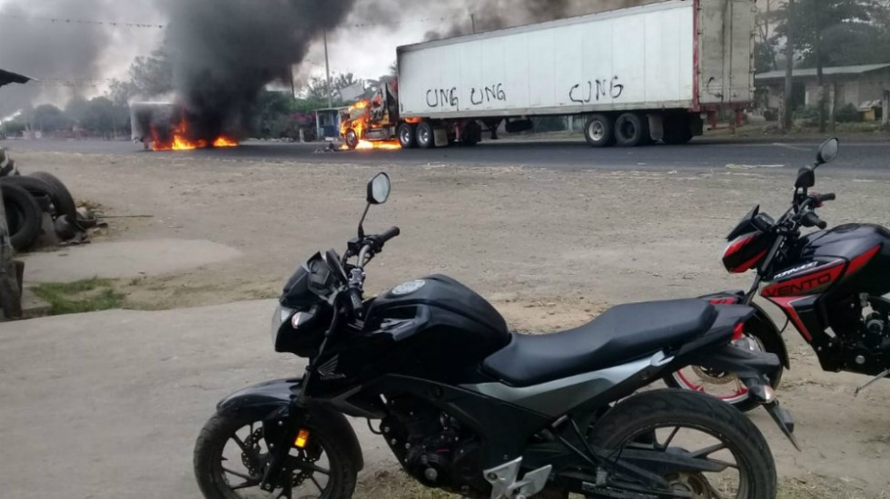 Bloqueos y quema de camiones en carretera de Veracruz - Foto de Quadratín
