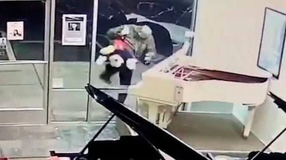 #Video Hombre irrumpe en tienda de pianos para robar un peluche