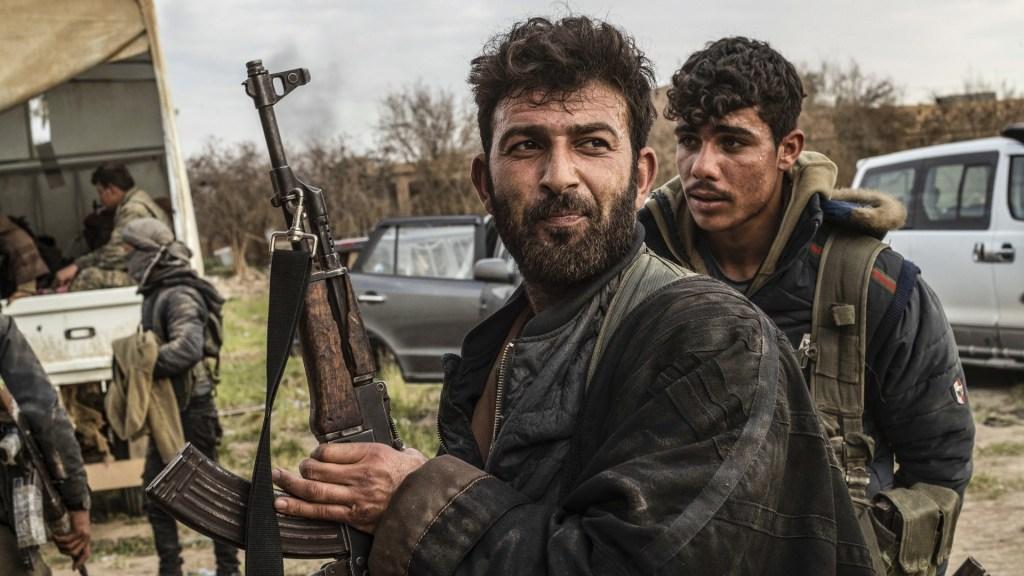 Guerra en Siria ha dejado más de 370 mil muertos: ONG - Uncombatiente de las Fuerzas Democráticas Sirias (SDF, por sus siglas en inglés) respaldadas por Estados Unidos se ve en una posición en la aldea de Baghouz, cerca de la frontera de Siria con Irak,en la provincia oriental de Deir Ezzor el 15 de marzo de 2019 durante los preparativos de la SDF para avanzar en la batalla contra el último bastión delEstado Islámico (IS). Foto deDelil Souleiman/AFP