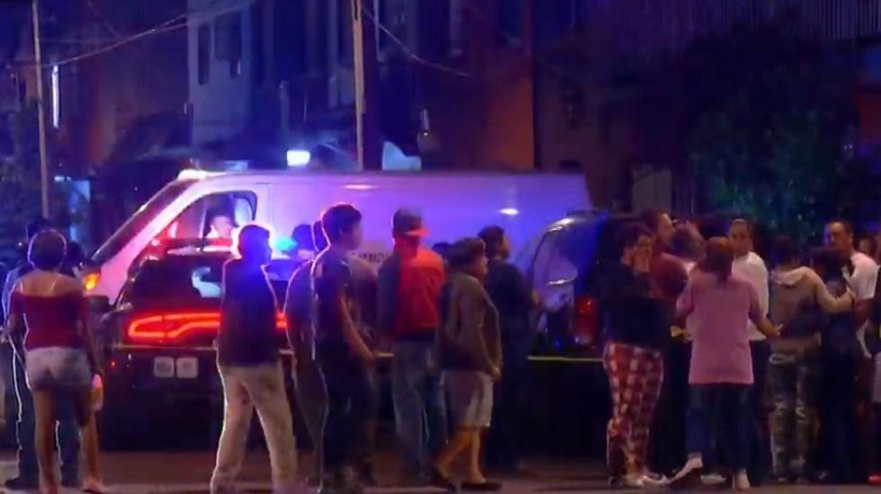 Ejecutan a dos hombres en tienda de abarrotes de la GAM - Vecinos aglomerados afuera de la tienda donde ocurrieron los homicidios. Captura de pantalla