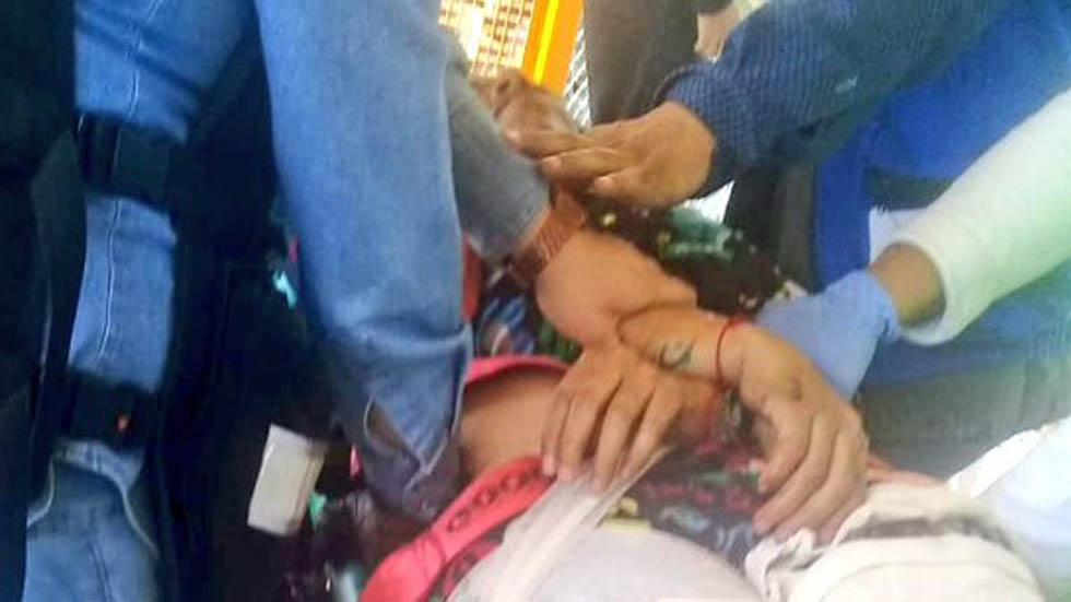 Convoy del Metro amputa pierna a mujer que cayó a vías - Víctima de amputación de pierna en el Metro. Foto de @alertasurbanas