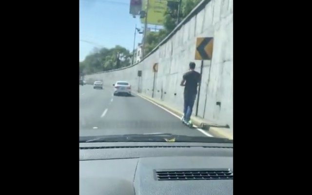 #Video Usuario de patín eléctrico en carriles centrales de Viaducto - Captura de pantalla