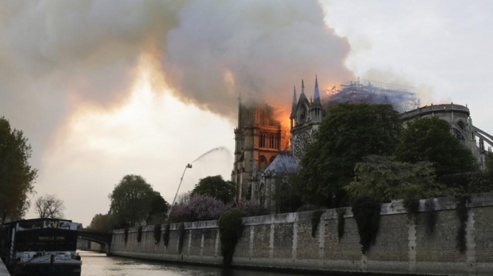"""Incendio de Notre-Dame, """"gran pérdida para el arte, la cultura y la religión"""": AMLO - Humo y llamas en el techo de la catedral de Notre-Dame en París. Foto de Thomas SAMSON / AFP"""