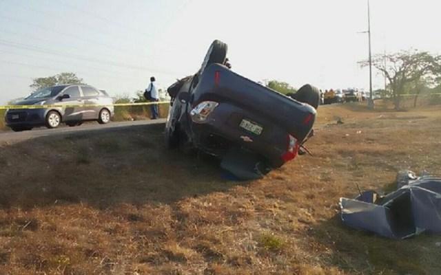 Muere al intentar rebasar auto en el Periférico de Mérida - Volcadura a un costado del Periférico de Mérida. Foto de @PeninsularPulso