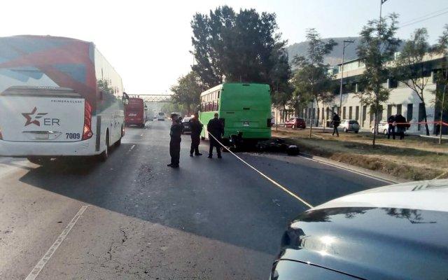 Motociclista muere al estrellarse contra microbús sobre Calzada Zaragoza - microbus