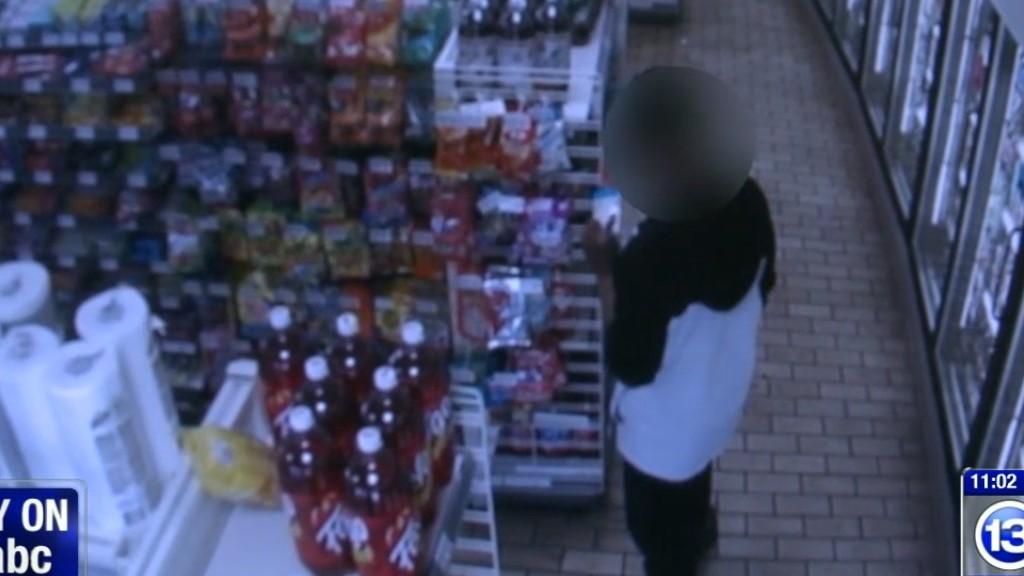 #Video Sorprende a joven robando y lo ayuda con comida - Adolescente robando en 7-Eleven. Captura de pantalla