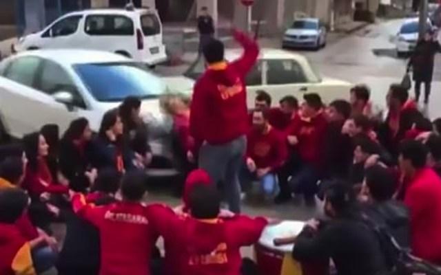 #Video Conductor atropella a porra del Galatasaray - Captura de pantalla
