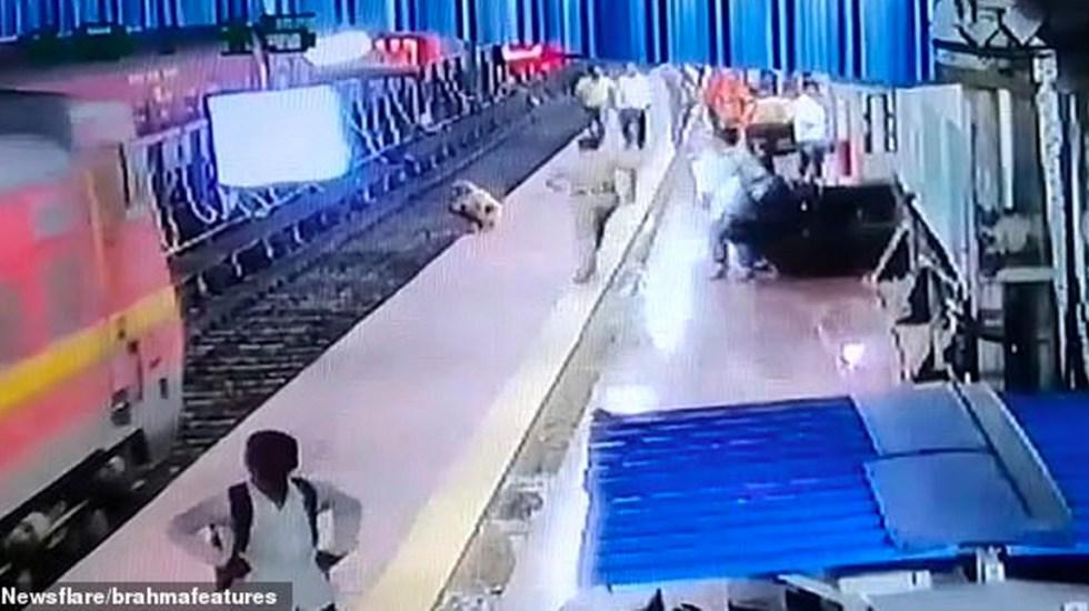 #Video Policía salva a anciano sordo de ser arrollado por el tren - india tren
