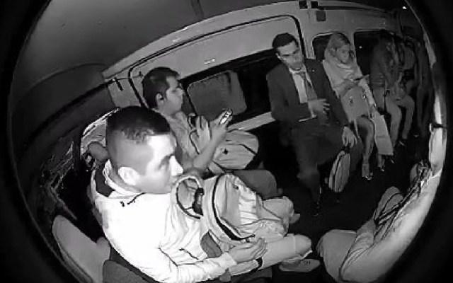 #Video Joven se opone a asalto en combi y pasajeros lo regañan - Asalto en combi. Captura de pantalla