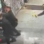 #Video Hombre vence a cuatro policías y los ataca con su propio taser - policías nueva york taser policía