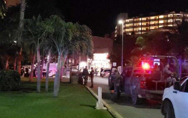 Asesinan a turista en zona hotelera de Cancún - Autoridades afuera del hotel donde asesinaron a turista regiomontano en Cancún. Foto de Noticaribe