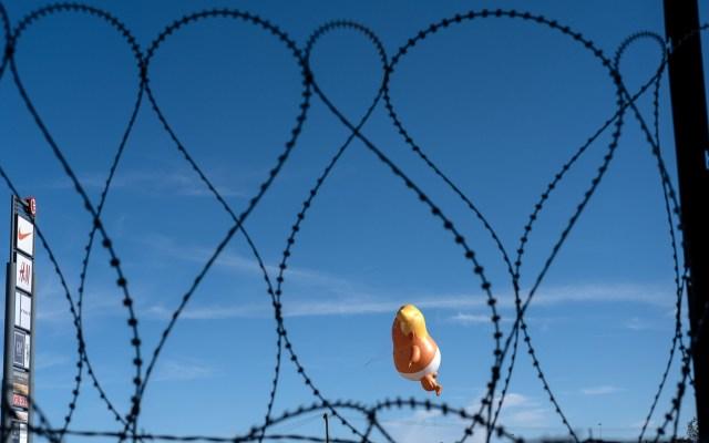 Refuerzan seguridad en la frontera por visita de Trump - Inflable de 'bebé Trump'. Foto de AFP / Guillermo Arias