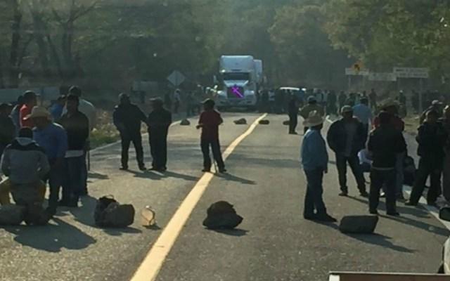 Sujetos bloquean varios tramos carreteros en Oaxaca - Foto de Quadratín